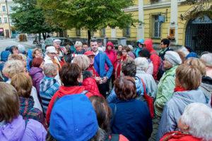 Naše skupina poslouchá prùvodce na námìstí nad obchodním muzeem.
