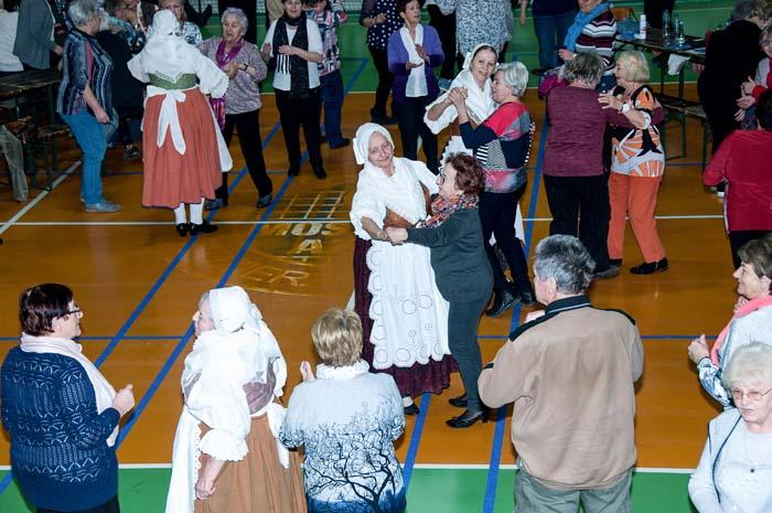 Setkání seniorù ve sportovní hale v Kedzierzyn-Kožle.