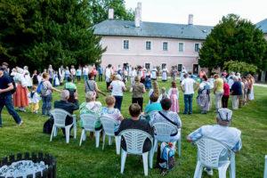 Vystoupení souboru Barunka v zámecké zahradì v odpoledním poøadu.